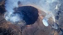 Эти фотографии были сделаны фотографом Кирком Ли Эдером, который пролетел на вертолете над одним из самых загадочных и красивых гавайских вулканов по имени Килауэа. Само название в переводе с местного наречия ознаяает  тот, кто растекается . Следует заметить, что вулкан его вполне оправдывает - его последнее извержение длится с 1983 года, и за это время из его кратера вытекло уже достаточно много давы.