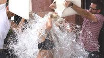 Летом этого года в соцсетях США обрела популярность акция Ice Bucket Challenge, иначе называемая ALS Ice Bucket Challenge. ALS — английская аббревиатура бокового (латерального) амиотрофического склероза (БАС) или болезни Шарко, неизлечимого дегенеративного заболевания центральной нервной системы. По условиям акции, ее участник должен либо вылить себе на голову ушат ледяной воды, либо внести в фонд борьбы с раком денежное вспомоществование. Процесс снимается на видео и выкладывается в сеть.