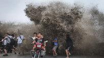 Китайская река Цяньтан смывает все на свете, и даже зазевавшихся людей. Многие приходят, чтобы увидеть прилив большой воды, но уходят далеко не все. Несчастных смывает начисто и навсегда…