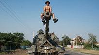 Странная когорта вооруженных людей всех мастей входит в карательную экспедицию властей Киева, которые делают вид, что воюют с ополченцами на юго-востоке Украины — на самом деле, они, скорее, просто издалека обстреливают мирные населенные пункты из всех видов оружия. При непосредственном боевом контакте с ополченцами ДНР и ЛНР эти вояки чаще всего бегут, сломя голову. Об этом свидетельствуют успехи объединенной армии Новороссии, которая сейчас ведет активное контрнаступление в южном направлении.