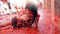 Брызнувшие красным соком помидоры — это не эхо российских санкций, которые заставили, например, поляков судорожно жевать свои яблоки. La Tomatina — ежегодный праздник, проходящий в последнюю неделю августа в испанском городе Буньоль, в 50 километрах от Валенсии. Десятки тысяч участников приезжают из разных стран для участия в битве помидорами.
