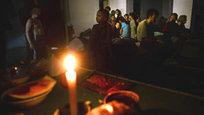 На юго-востоке Украины гуманитарная катастрофа. Все ее признаки, по классификации ООН, присутствуют: десятки тысяч беженцев, нарушение фундаментальных прав человека — права на жизнь, запрет внесудебной расправы и т.д. Нарушение этих прав является длительным, систематическим и грубым. Масштабы нарушений представляют угрозу для всего региона в целом. Увы, власти Украины, которые называют хунтой уже не только российские, но и многие западные СМИ, не желают положить оным нарушениям конец. А тем временем десятки тысяч жителей Новороссии живут буквально в подземельях — вместе с детьми…