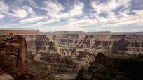 Один из глубочайших каньонов в мире Гранд-Каньон (Grand Canyon), что в переводе означает Большой или Великий каньон, находится на плато Колорадо, в штате Аризона, на территории одноименного национального парка, а также резерваций индейцев племен навахо, хавасупай и хуалапай. Предлагаем вам визуальную экскурсию по каньону, а заодно узнаем, чем он интересен.