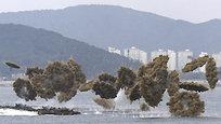 Высадка американцев в Инчхоне 15 сентября 1950 года - один из самых ярких моментов Корейской войны. Напомним, Корейская война - конфликт между Северной Кореей и Южной Кореей, длившийся с 25 июня 1950 по 27 июля 1953 года (хотя официального окончания войны объявлено не было). В Южной Корее распространено название «Инцидент 25 июня». В КНДР война именуется «Отечественной Освободительной войной», а в Китае используется название «Война против Америки для поддержки корейского народа». Ну, а в России и США ее так и называют - Корейская война.