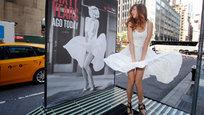 В Нью-Йорке, на Лексингтон Авеню, прохожие могут прикоснуться к истории съемок фильма  Зуд седьмого года,  в котором снималась Мэрлин Монро. Один из кадров этого фильма знает весь мир.