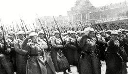 Три парада, которые объединяет одно святое для каждого русского человека место — Красная площадь. Здесь преемственность поколений. От тех, кто ушел на фронты Великой Отечественной войны, к солдатам Победы и к их сегодняшним потомкам.