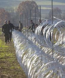 """""""Бег с препятствиями"""": Как беженцев встречает Европа"""