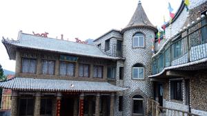 Пока люди были заняты своими обычными делами, на протяжении двух лет один человек, который живет на китайском острове Лингшан, все это время облицовывал поверхность своего дома морскими ракушками.