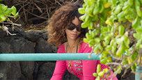 Райский отдых Рианны на Гавайях продолжается. Певица не дает нам забыть о себе: что ни день, то новый купальник - один лучше другого.