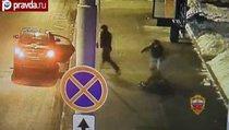 Группа мужчин ограбила пожилую женщину на остановке в Москве