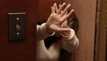 В Москве приезжие женщины обокрали пенсионерку в лифте