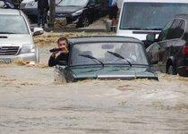Наводнение в Сочи. Люди вплавь переходят дороги