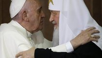 Изменил ли Патриарх православию, целуясь с папой Римским?
