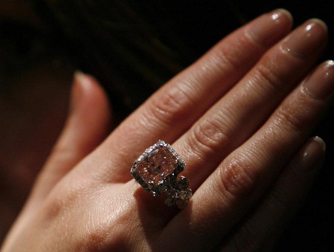 Кольцо с бриллиантом в 6,43 карата выставлено на лондонский аукцион  Сотбис . Его ориентировочная стоимость - 6-7 млн долларов. Последний раз кольцо с бриллиантом подобной стоимости ушло с молока в апреле 2006 года