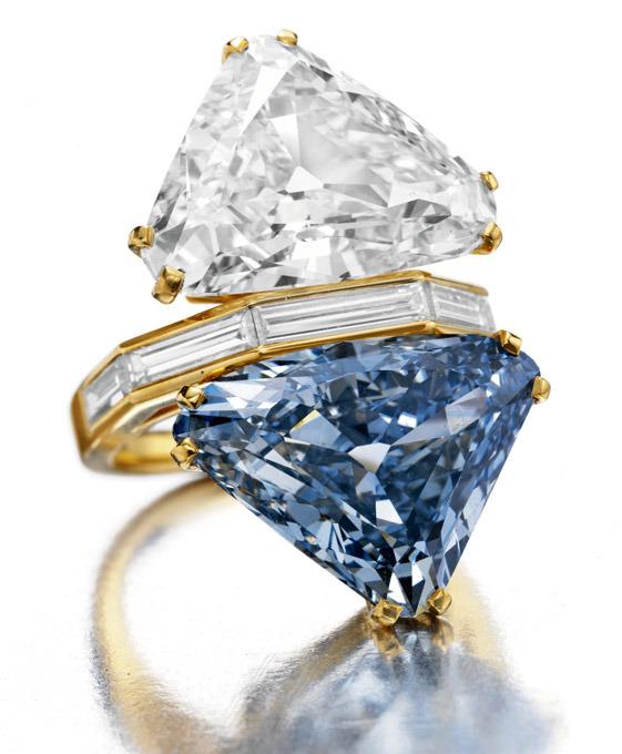 Одни из самых дорогих бриллиантов мира будут выставлены на аукцион Кристис 20 октября.Кольцо включает в себя два драгоценных камня треугольной формы. Бесцветный алмаз 9,87 карат в паре с голубым алмазом 10,95 карата, такой алмаз попадается только 1 примерно на 10 млн.