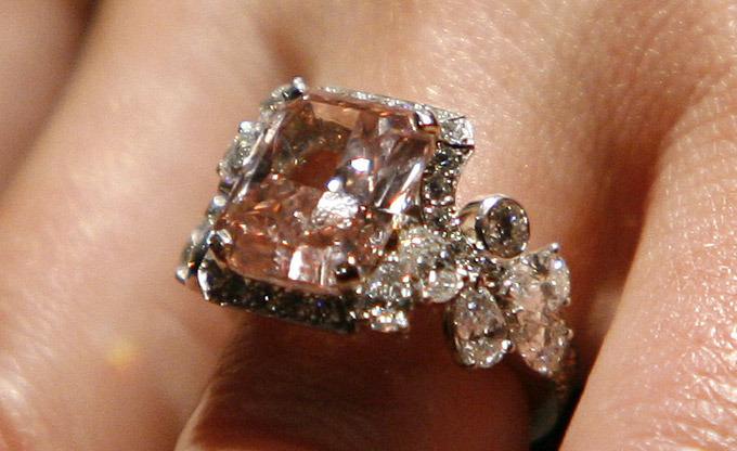 Первое письменное свидетельство об огранке алмаза датировано 1463 годом. История знает множество известных и знаменитых на весь мир бриллиантов