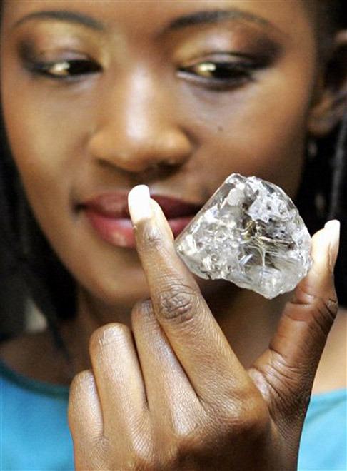 История бриллиантов тесно связана с историей алмазов. Известие о том, кто, где и когда нашел самый первый в мире алмаз, скрыто во тьме тысячелетий. Однако все исследователи сходятся в том, что в течение многих веков  монополистом  в добыче алмазов была Индия. Именно индийские мастера первыми научились гранить алмазы, превращая их в бриллианты. С самого начала красивейшие камни несли в себе религиозное начало. Бриллиантами украшались статуи загадочных индуистских богов, запасами драгоценных камней владели жрецы