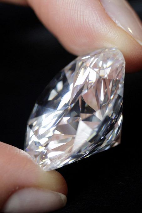 Индия была единственным в мире источником алмазов вплоть до 18-го века. Затем  алмазная лихорадка  начала охватывать другие страны и континенты. В 1725 году месторождение алмазов нашли в Бразилии, и больше чем на столетие центр мировой добычи алмазов сместился в Южную Америку. Бразильские месторождения обнаружил католический священник, до этого долго живший в Индии, а потому имевший представление об алмазах
