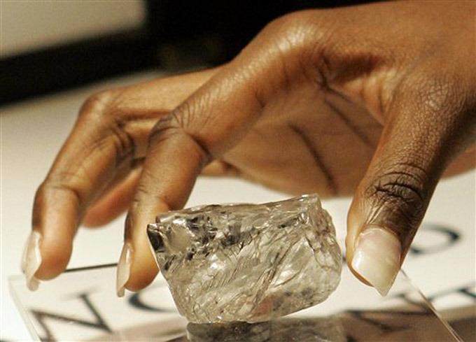 А в 1869 году некий южноафриканский фермер простодушно пришел в таверну с бутылочкой  кремней , которые он из любопытства наковырял из глиняных кирпичей собственного дома.  Кремни  оказались  алмазами? Так началась новая эпоха добычи алмазов